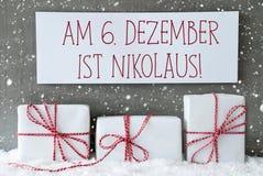 Cadeau blanc avec des flocons de neige, Nikolaus Means Nicholas Day Photo stock