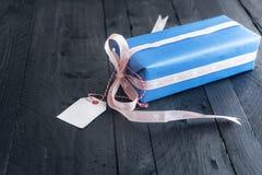 Cadeau bleu avec un label vide Photographie stock libre de droits