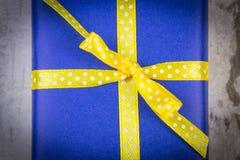 Cadeau bleu pour Noël ou toute autre célébration sur la planche en bois Image stock