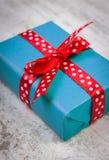 Cadeau bleu pour Noël ou toute autre célébration sur la planche en bois Photo libre de droits