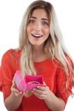 Cadeau blond étonné d'ouverture de femme photo stock