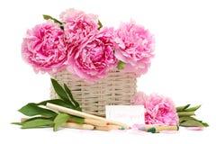 Cadeau. Bouquet et note avec la déclaration de l'amour Images stock