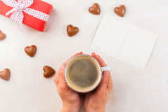 Cadeau, café et bonbons pour le jour du ` s de Valentine Image stock