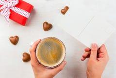Cadeau, café et bonbons pour le jour du ` s de Valentine Photo libre de droits