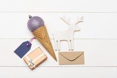 Cadeau décoré de Noël sur le fond de blanc de vintage Photo libre de droits