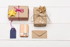 Cadeau décoré de Noël sur le fond de blanc de vintage Photographie stock