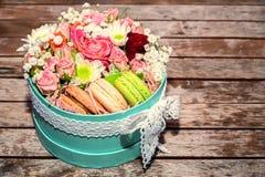 Cadeau d'amour avec des fleurs et des macarons Photos stock