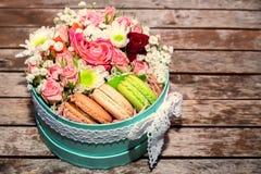 Cadeau d'amour avec des fleurs et des macarons Images stock