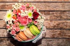 Cadeau d'amour avec des fleurs et des macarons Images libres de droits
