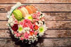 Cadeau d'amour avec des fleurs et des macarons Image stock