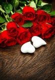 Cadeau d'amour de décoration de jour de valentines de coeurs de roses rouges de bouquet Photo stock