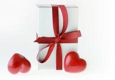 Cadeau d'amour et coeurs rouges Images stock