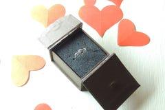 Cadeau d'anneau le jour du ` s de Valentine Photographie stock libre de droits