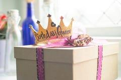 Cadeau d'anniversaire avec la couronne de princesse d'anniversaire image stock