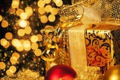 Cadeau d'or de Noël images libres de droits