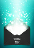 Cadeau d'enveloppe de surprise avec l'éclat Photos stock