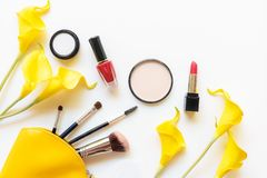 Cadeau d'outils de cosmétiques de maquillage et de cosmétiques de beauté, produits et rouge à lèvres facial de paquet de cosmétiq photographie stock libre de droits
