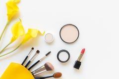 Cadeau d'outils de cosm?tiques de maquillage et de cosm?tiques de beaut?, produits et rouge ? l?vres facial de paquet de cosm?tiq photo libre de droits