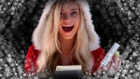 Cadeau d'ouverture de femme de Santa avec des flocons de neige illustration de vecteur