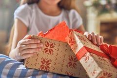 Cadeau d'ouverture d'enfant images stock