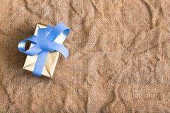 Cadeau dans la texture de fond de tissu de toile de jute Images stock