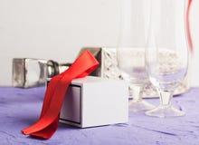 Cadeau dans le boîtier blanc et le ruban rouge, Images libres de droits