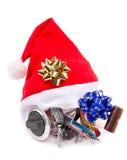 Cadeau dans le chapeau du ` s de Santa pour des pêcheurs Photographie stock libre de droits