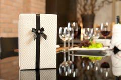 Cadeau dans le dîner romantique Photographie stock libre de droits