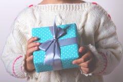 Cadeau dans les mains Images libres de droits