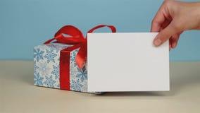 Cadeau dans un beau paquet avec un ruban rouge banque de vidéos