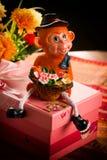 Cadeau dans une boîte rose de singes Photos libres de droits
