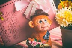 Cadeau dans une boîte rose de singes Image stock