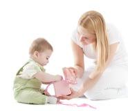 cadeau de bébé sa mère présente à Photographie stock