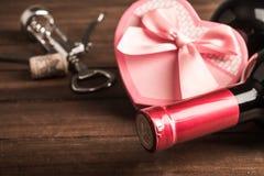 Cadeau de coeur de bouteille et de boîte de vin Photo libre de droits