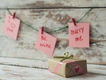 Cadeau de jour de valentines, carte de voeux sur le fond en bois dans le style de vintage L'espace pour le texte Images libres de droits