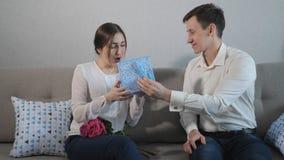 Cadeau de jour du ` s de Valentine banque de vidéos