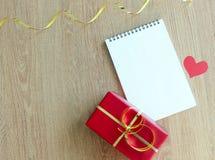 Cadeau de jour du ` s de Valentine, bloc-notes blanc de jour de ` s de mère et boîte-cadeau rouge Images libres de droits