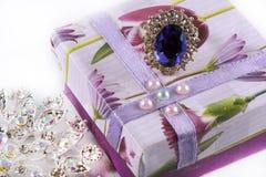 Cadeau de l'amour avec l'anneau et la broche Photographie stock