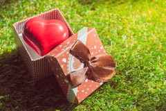 Cadeau de l'amour Cadeau chaleureux Un boîte-cadeau avec un coeur rouge à l'intérieur Photographie stock libre de droits