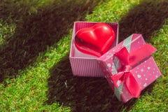 Cadeau de l'amour Cadeau chaleureux Un boîte-cadeau avec un coeur rouge à l'intérieur Image stock
