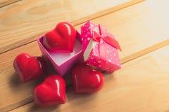 Cadeau de l'amour Cadeau chaleureux Un boîte-cadeau avec un coeur rouge à l'intérieur Image libre de droits