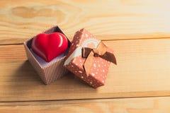 Cadeau de l'amour Cadeau chaleureux Un boîte-cadeau avec un coeur rouge à l'intérieur Photo libre de droits