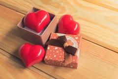 Cadeau de l'amour Cadeau chaleureux Un boîte-cadeau avec un coeur rouge à l'intérieur Images stock