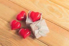Cadeau de l'amour Cadeau chaleureux Un boîte-cadeau avec un coeur rouge à l'intérieur Images libres de droits