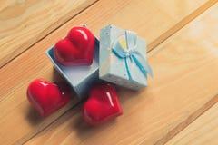 Cadeau de l'amour Cadeau chaleureux Un boîte-cadeau avec un coeur rouge à l'intérieur Photographie stock