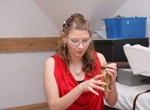 Cadeau de mariage ouvert de jeune mariée à la maison à la fin de jour du mariage Image stock