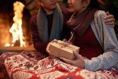 Cadeau de Noël avec amour Photos libres de droits