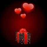 Cadeau de Noël avec des ballons aux coeurs de forme Images libres de droits
