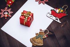 Cadeau de Noël avec des décorations Photo stock