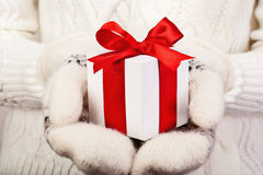 Cadeau de Noël avec la bande rouge Images stock